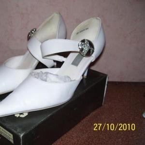 Продам белые свадебные туфли.